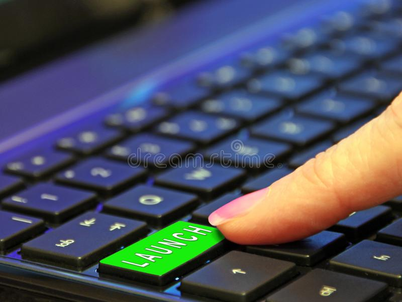 Dr?cken des on-line-Internet-Netzes des gr?nen Erfolgs des Produkteinf?hrungsknopfgesch?fts zuk?nftigen lizenzfreies stockfoto