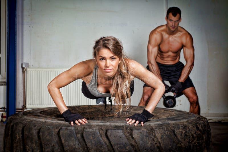 Drücken Sie auf ein Reifen crossfit Training hoch stockfoto