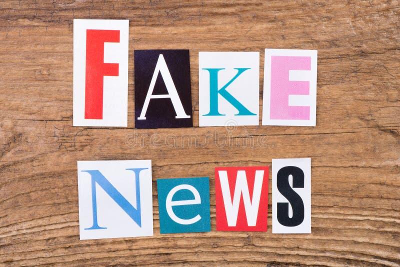 Drücken Sie ` gefälschtes Nachrichten ` in herausgeschnittenen Zeitschriftenbuchstaben aus lizenzfreies stockfoto