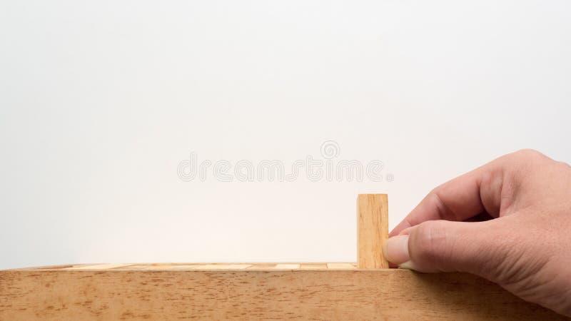 Drücken Sie Holzklotz von Hand ein stockfotografie
