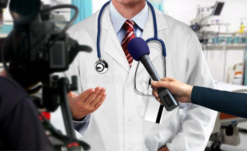 Drücken Sie Interview mit Arzt lizenzfreie stockbilder