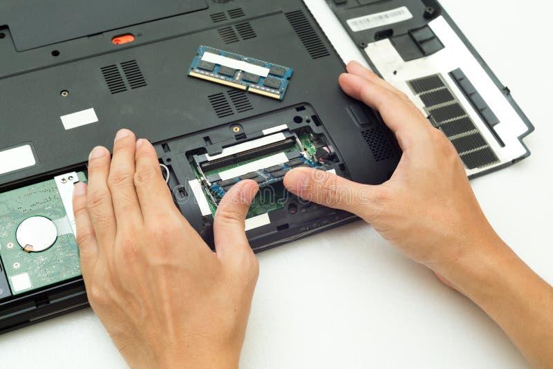 Drücken Sie RAM ändert für Laptop-Computer von Hand ein stockfotografie