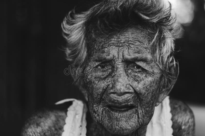 Drücken Sie und hilflose ältere Frau, die Großmutter nieder, die Wartezeit im Freien sitzt lizenzfreie stockbilder