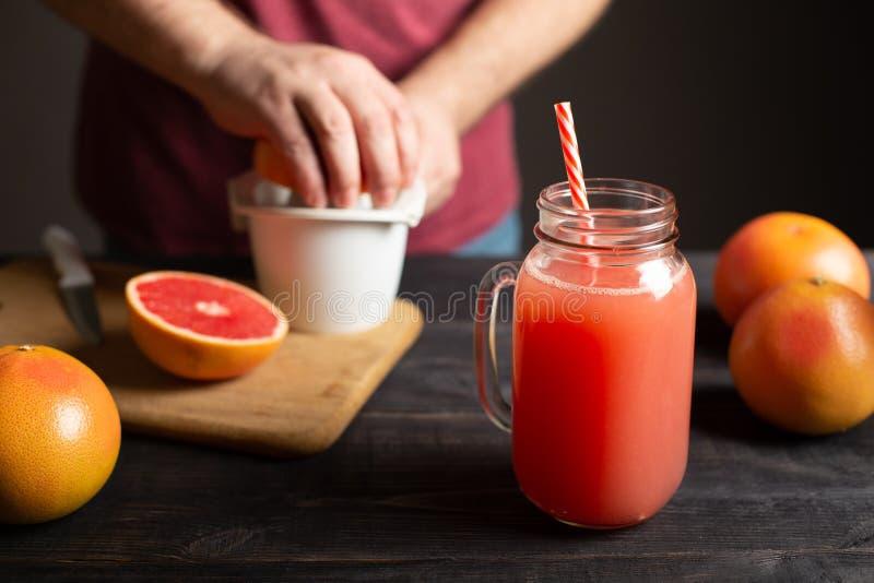 Drückte frisch Grapefruitsaft in einem Glas mit einem Griff zusammen lizenzfreie stockfotografie