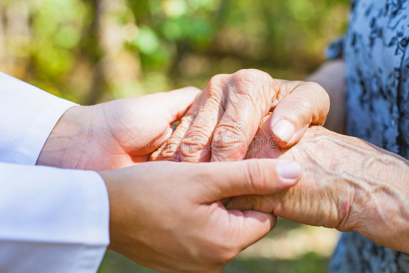 Drżące starszych osob ręki zdjęcia stock
