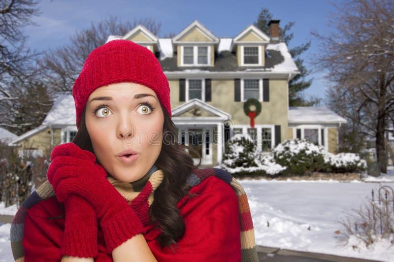Drżeć Mieszającej Biegowej kobiety w zimy Ubraniowym Outside w śniegu fotografia stock