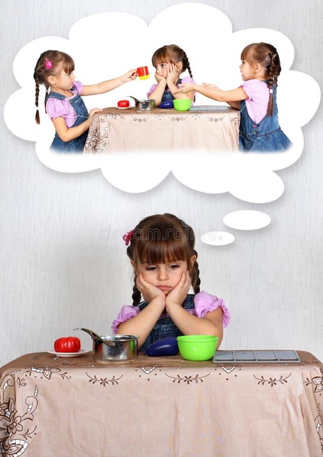 drömma flicka för begrepp little SAD ensamhet arkivfoto