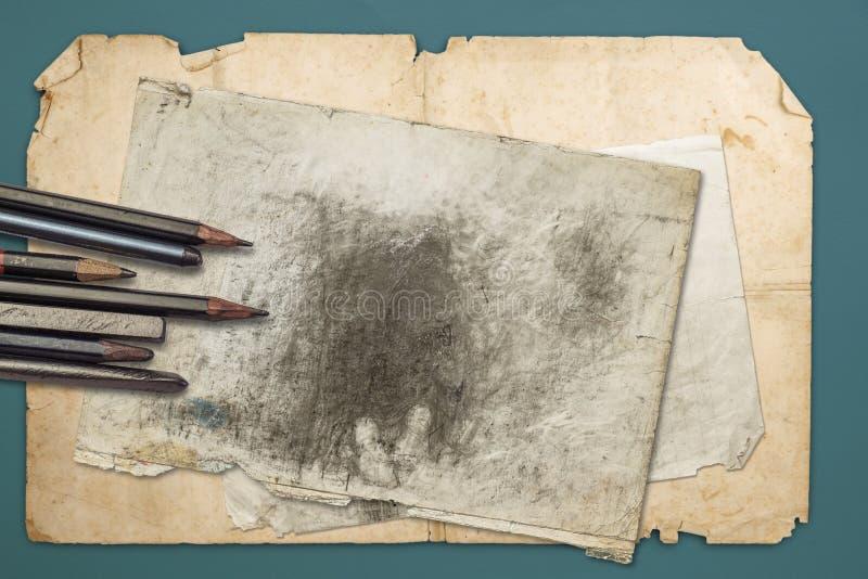 Dra blyertspennor och grafiter fotografering för bildbyråer