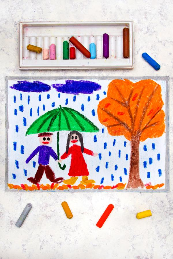 dra: Ett le par går under paraplyet royaltyfri fotografi