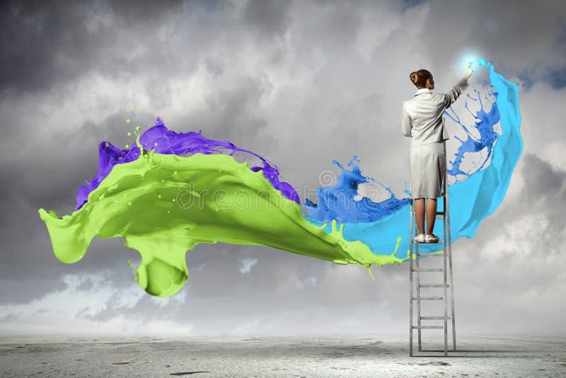 Dra färgstänk för ung kvinna royaltyfri fotografi