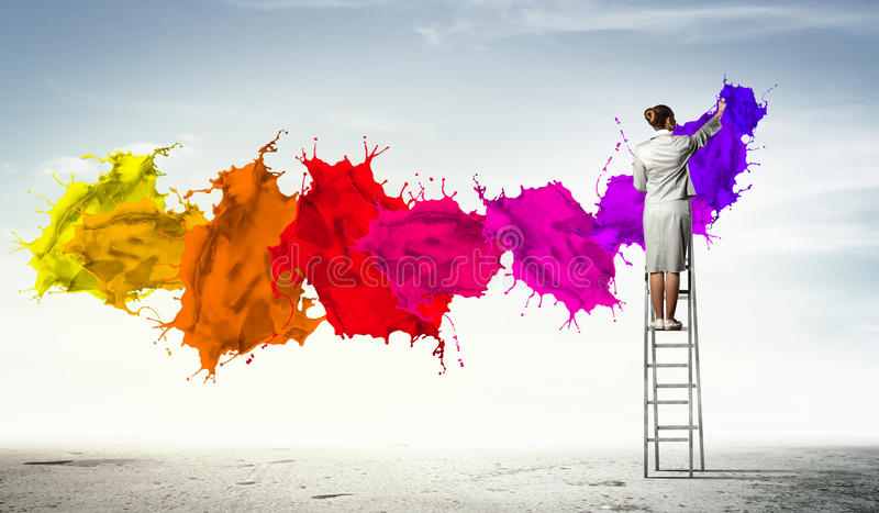 Dra färgstänk för ung kvinna arkivbilder