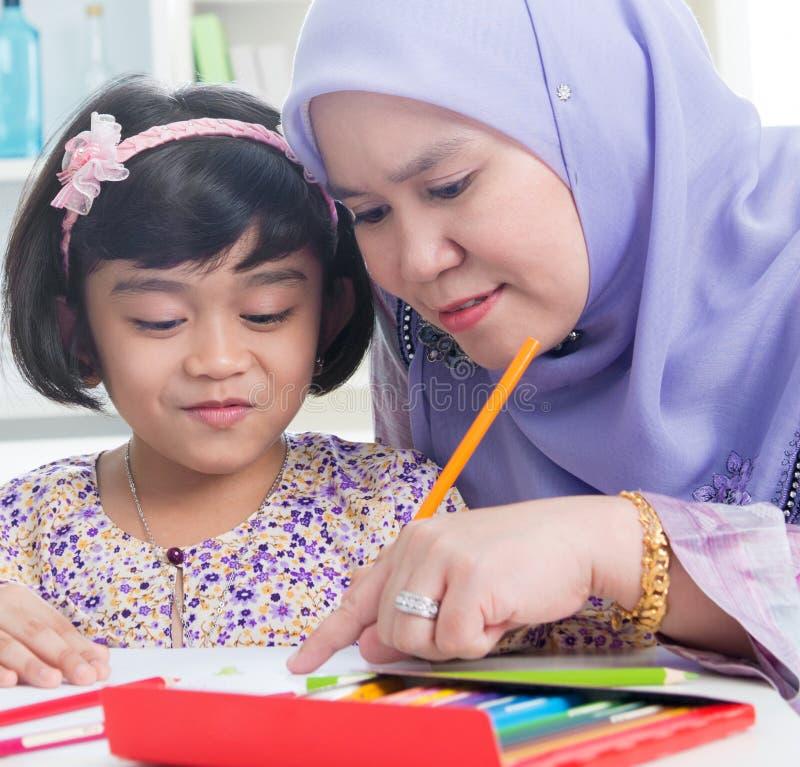 Dra för Muslimfamilj royaltyfria bilder