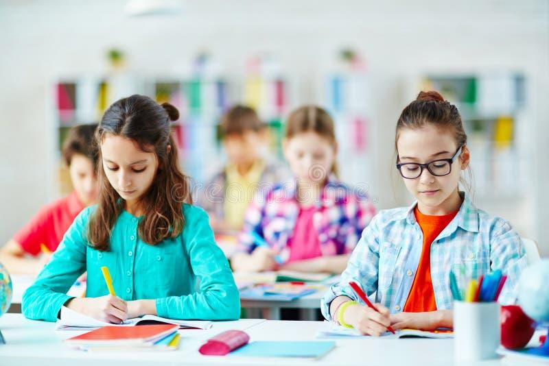 Dra för skolflickor fotografering för bildbyråer