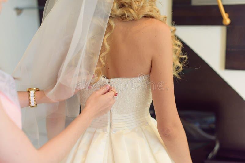 Dra igen blixtlåset på den Weding klänningen arkivbild