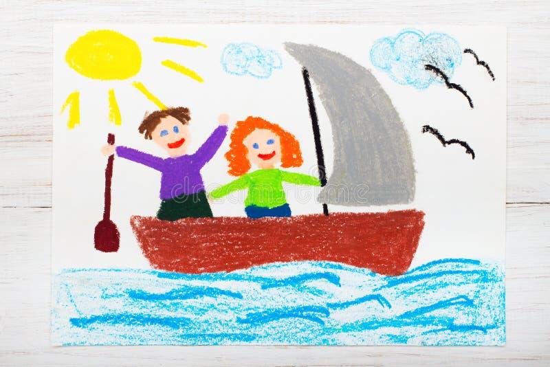 Dra: lyckliga par som svävar på en segelbåt royaltyfri foto