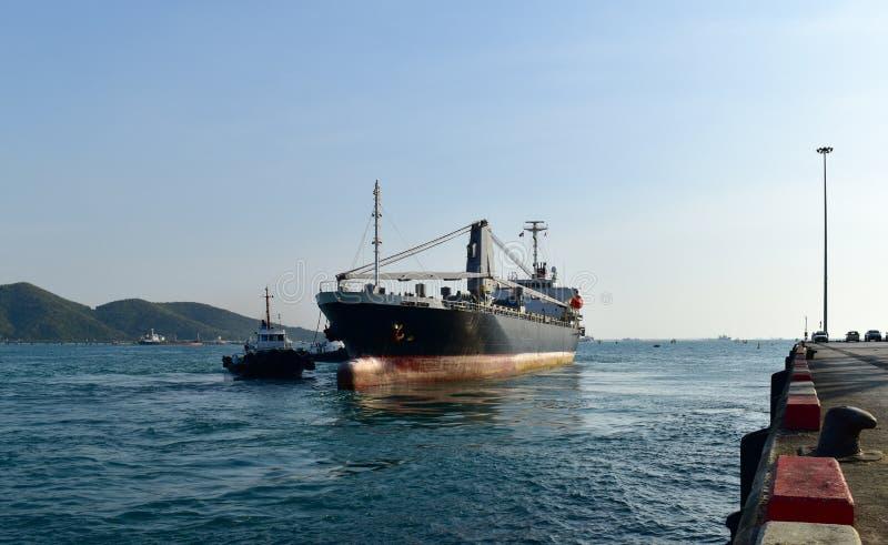 Dra skytteln last för i stora partier för fartyget den driftiga till hytten på port royaltyfria foton