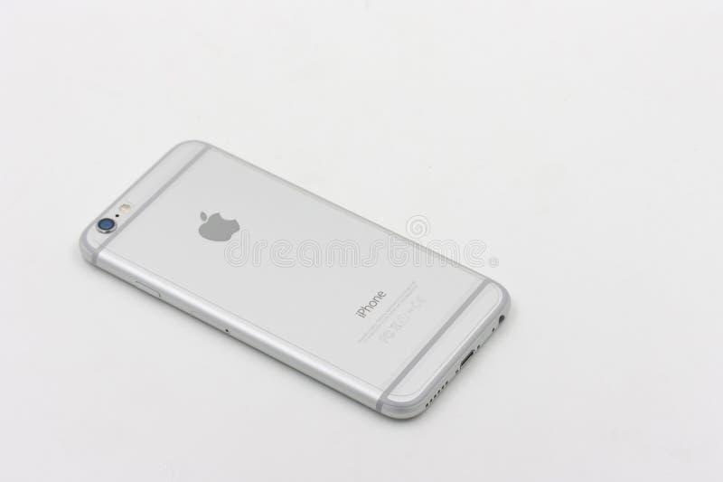 Dra tillbaka av Apple Iphone 6 i vit färg som lägger på vit bakgrund royaltyfri bild