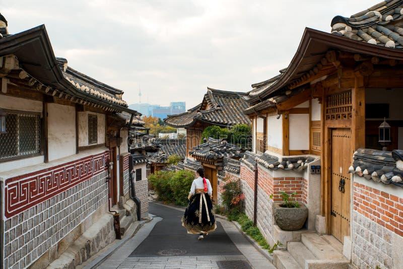 Dra tillbaka av bärande hanbok för den asiatiska kvinnan som går till och med den Seoul traen fotografering för bildbyråer