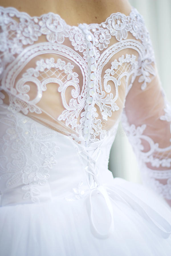 Dra tillbaka av bruden i en bröllopsklänning royaltyfria bilder