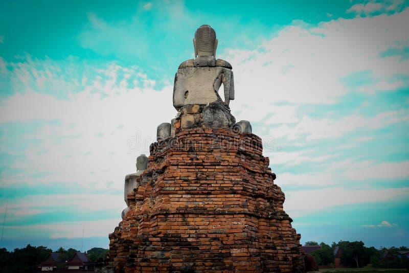 Dra tillbaka av Buddhabild på Wat ChaiWatthanaram arkivfoton