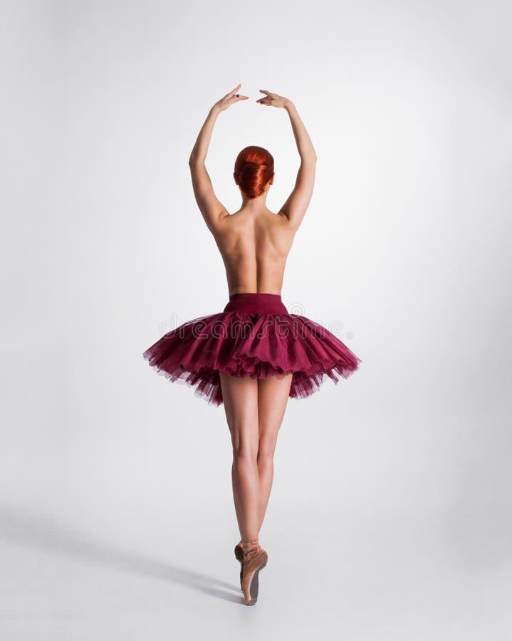 Dra tillbaka av en ung topless ballerina i en ballerinakjol royaltyfri fotografi
