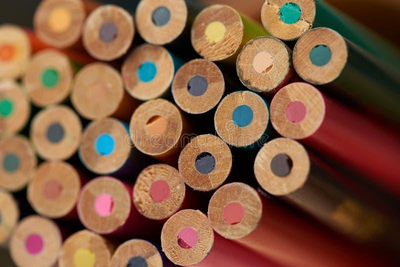 Dra tillbaka av färgrika blyertspennor royaltyfri fotografi