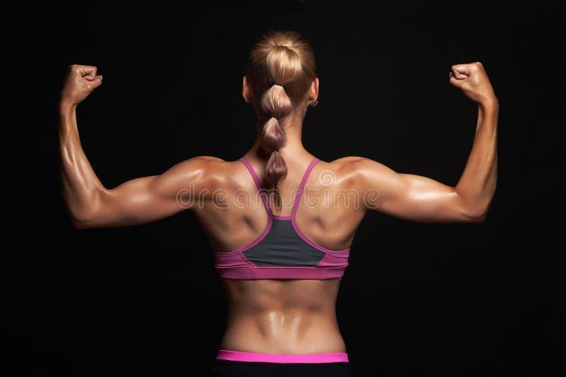 Dra tillbaka av idrotts- flicka idrottshallbegrepp muskulös konditionkvinna, utbildad kvinnlig kropp royaltyfria bilder
