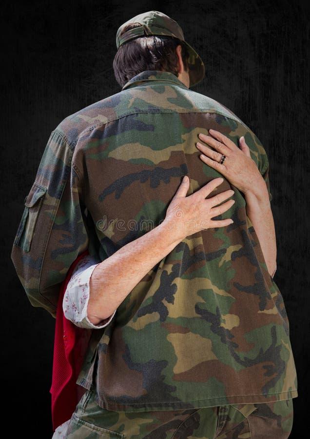 Dra tillbaka av soldaten som kramas mot svart bakgrund stock illustrationer