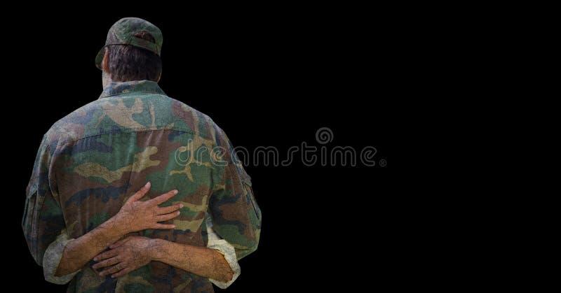 Dra tillbaka av soldaten som kramas mot svart bakgrund med grungesamkopieringen stock illustrationer