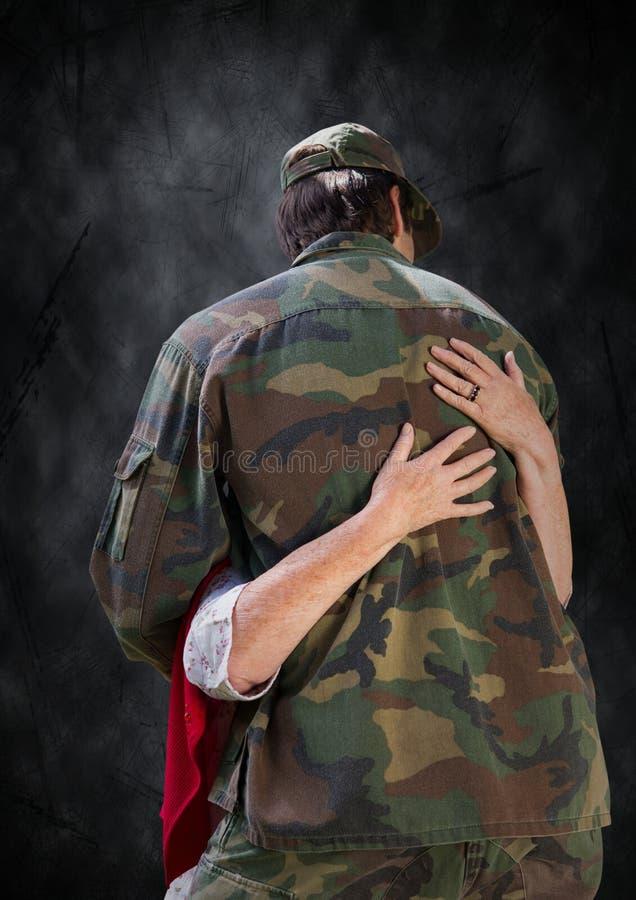 Dra tillbaka av soldaten som kramas mot svart grungebakgrund stock illustrationer