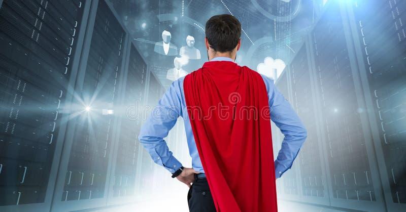 Dra tillbaka av superhero för affärsman med händer på höfter mot serveror med signalljus arkivbilder