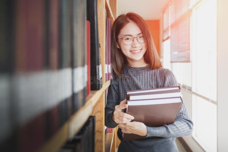 Dra tillbaka till begreppet för universitetet för skolutbildningkunskapshögskolan, den härliga kvinnliga högskolestudenten som ry royaltyfri foto