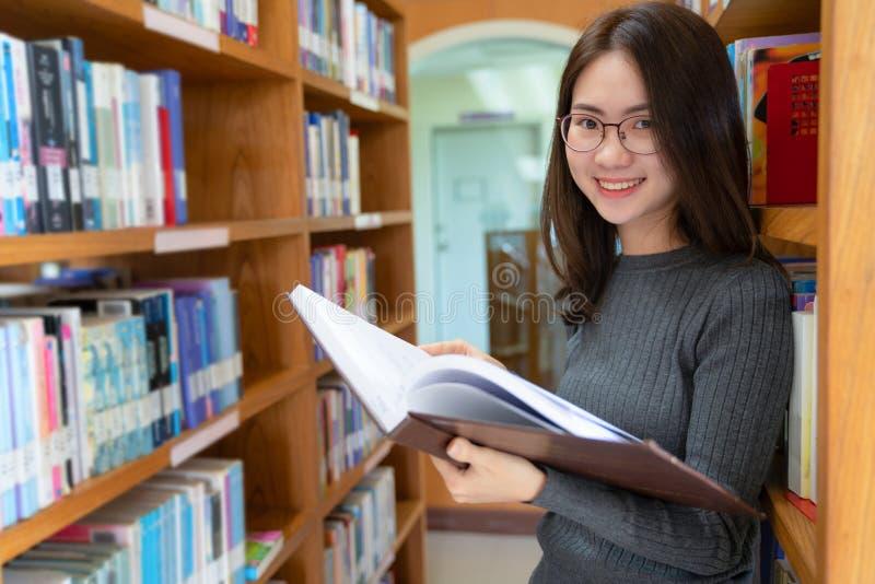 Dra tillbaka till begreppet för universitetet för skolutbildningkunskapshögskolan, den härliga kvinnliga högskolestudenten som ry arkivbilder