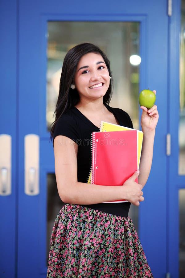 Dra tillbaka till den tonårs- flickan för skolan royaltyfria bilder