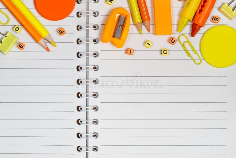 Dra tillbaka till det skola-, utbildnings- och för kontorsarbete bakgrundsbegreppet S arkivfoto