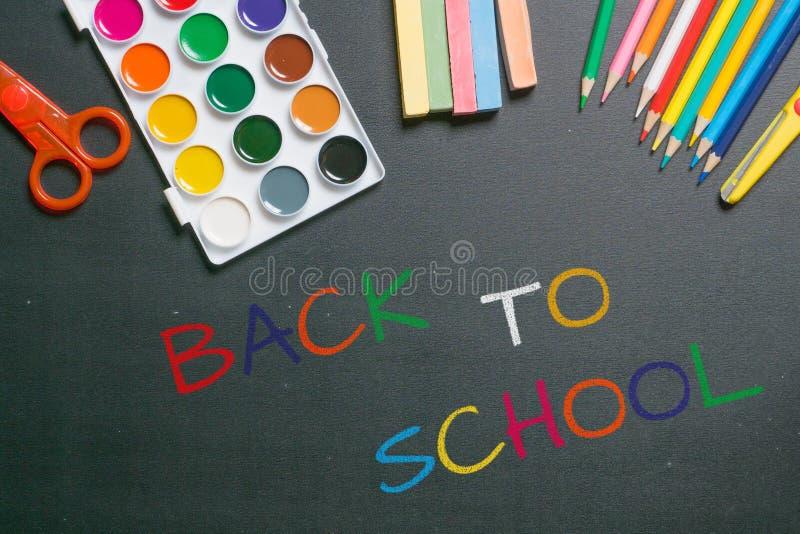 Dra tillbaka till färgrik kritatext för skolan royaltyfria foton