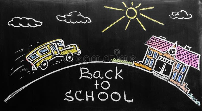 Dra tillbaka till skolabakgrund med skolbussen, och skolan är skriftlig vid färgrika chalks på den svarta svart tavlan för skolan royaltyfria bilder
