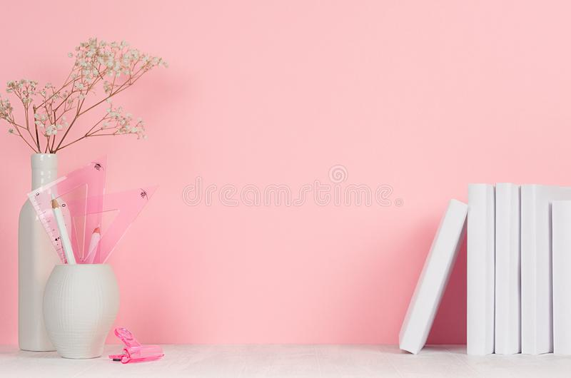 Dra tillbaka till skolabakgrunder för vit och rosa brevpapper för flickan -, böcker på den vita wood tabellen och rosa färgvägg arkivfoto