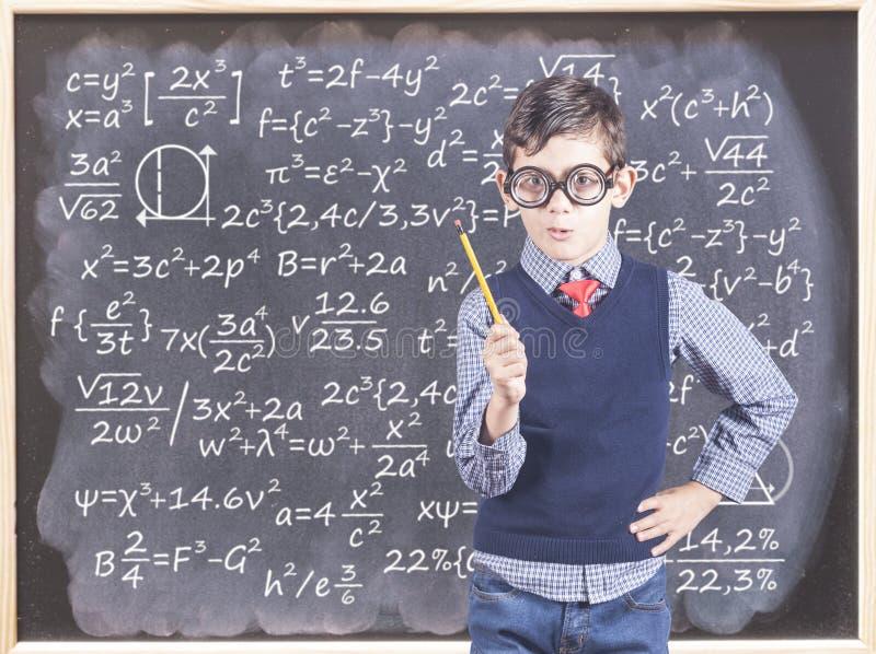 Dra tillbaka till skolabegreppet med den lilla nerdpojken arkivfoton