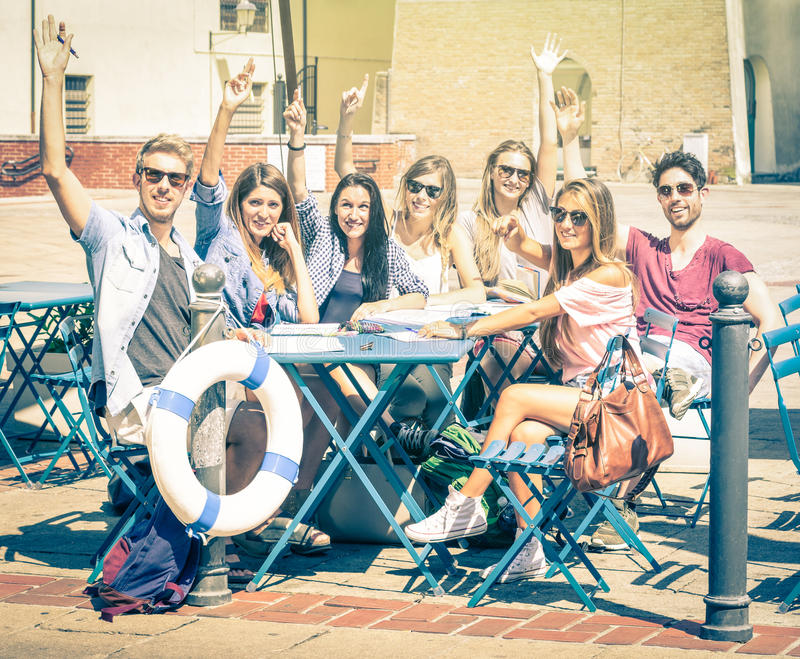 Dra tillbaka till skolabegreppet med en grupp av lyckliga bästa vän arkivbilder