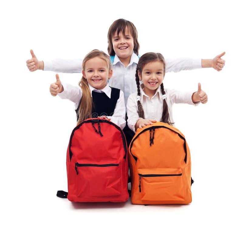 Dra tillbaka till skolabegreppet med lyckliga ungar arkivfoto