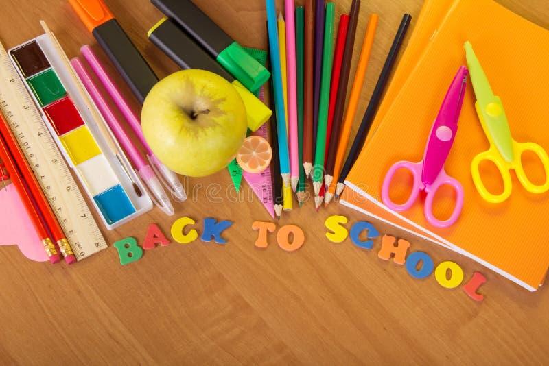 Dra tillbaka till skolan, den stora uppsättningen av ljusa skolatillförsel arkivbild