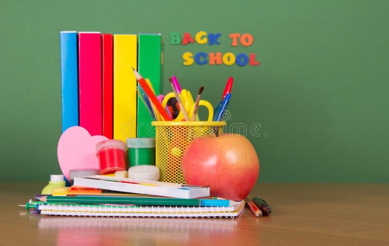 Dra tillbaka till skolan. Läroböcker och en uppsättning av skolan arkivfoton