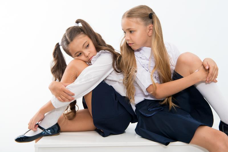 Dra tillbaka till skolan och slutet av sommar små flickor i likformig tillbaka till skolan slut av sommar för små flickor royaltyfri foto