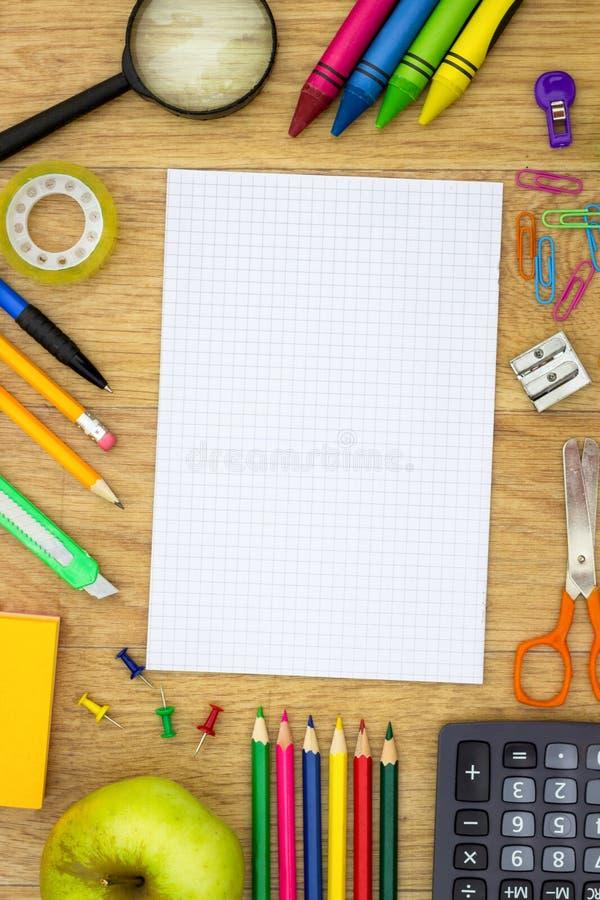 Dra tillbaka till skolan och tillförsel nära tomt papper royaltyfri foto