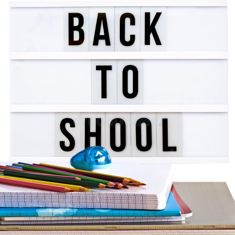 Dra tillbaka till skolan som är skriftlig i en ljus ask, med skolatillförsel arkivbild