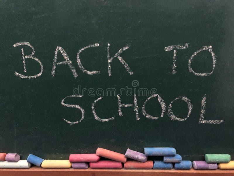 Dra tillbaka till skolan som ?r skriftlig i krita fotografering för bildbyråer
