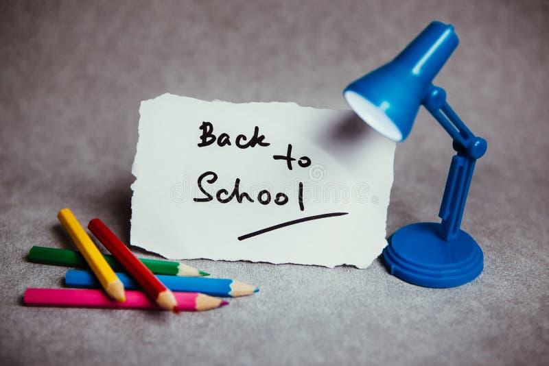 Dra tillbaka till skolan, utbildningsbegrepp med text arkivbilder