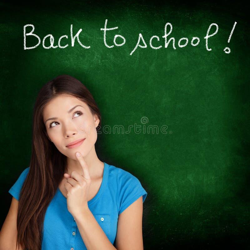 Dra tillbaka till skolasvart tavla - att tänka för kvinnastudent arkivfoton