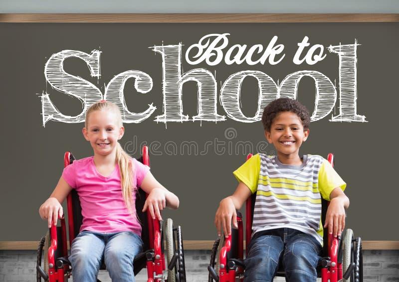 Dra tillbaka till skolatext på svart tavla med den rörelsehindrade pojken och flickan i rullstolar royaltyfri bild